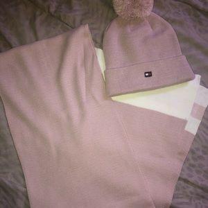 NWOT! Tommy Hilfiger hat and scarf set🔥